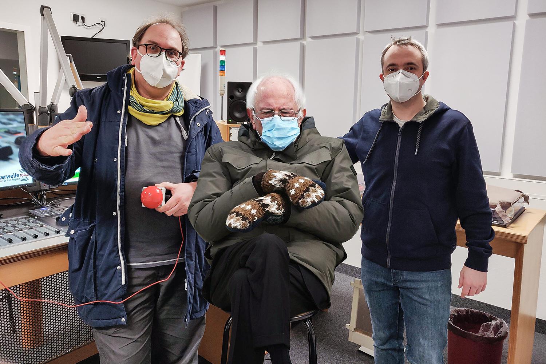 Markus Hörster und Christian Cordes zusammen mit US-Senator Bernie Sanders im Studio von Radio Okerwelle in Braunschweig nach Logbuch Digitalien Episode 49