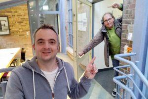 Markus Hörster und Christian Cordes vor dem Studio von Radio Okerwelle in Braunschweig nach Logbuch Digitalien Episode 53